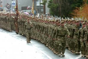 Soldiers from the Mercian Regiment march along Dane Street	 n104682