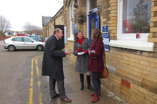 Clr Tickridge discusses prices with commuters