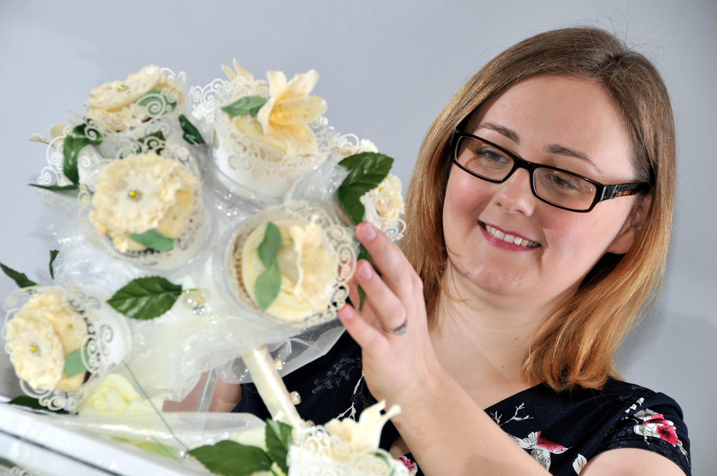 Cupcake bouquet impresses cake judges